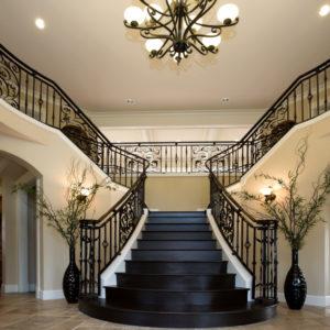Широкая лестница на второй этаж