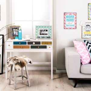 Стол и диван в комнате