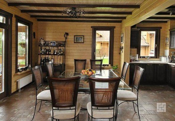 Столовая в деревянном доме
