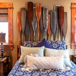 Изголовье кровати из деревянных вёсел