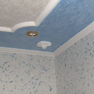 Жидкие обои и молдинг на потолке