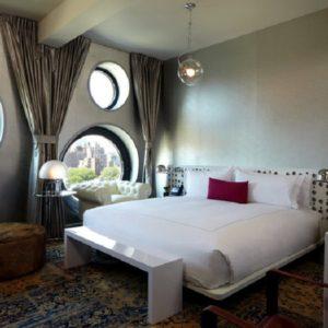 Спальня с необычными окнами
