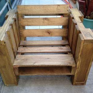 Деревянное кресло из паллет