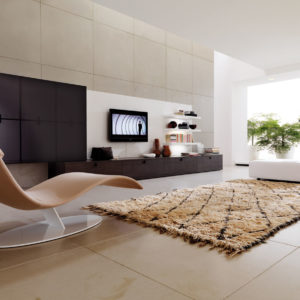 Гостиная с дизайнерским креслом сложной формы