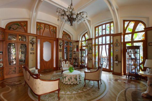 Гостиная с арочными колонами в стиле арт-нуво