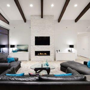 Интерьер просторной гостиной с чёрной мебелью