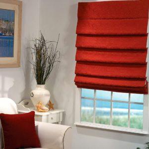 Красная римская штора в интерьере гостиной