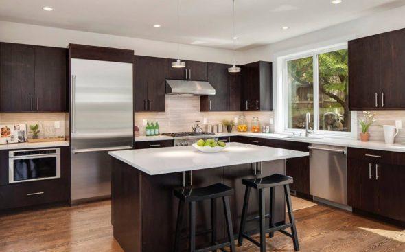 Встроенные и подвесные светильники в интерьере кухни