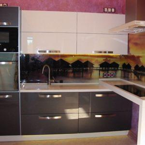 Настенная плитка с пейзажем в интерьере кухни