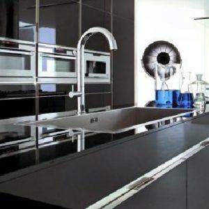 Чёрная мебель в интерьере кухни