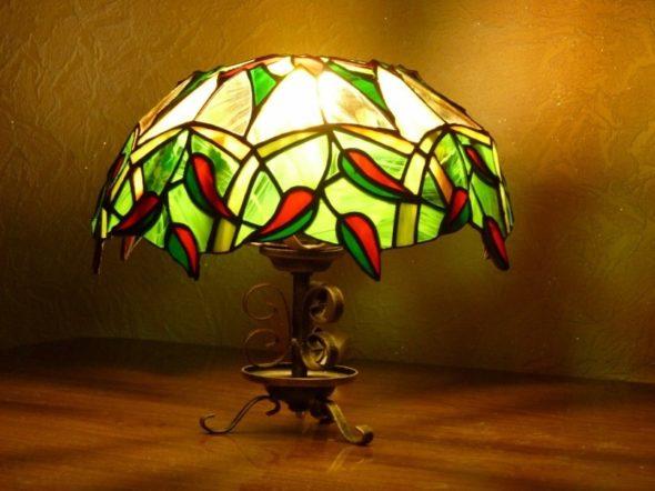 Для спальни и гостинной можно использовать светильники с цветными стёклами