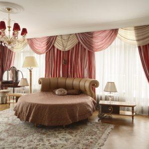 Интерьер спальни в розово-кремовых тонах