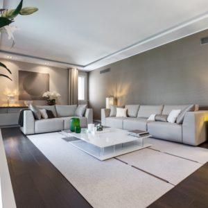 Мебель гостиной рассставлена в форме буквы «Г»