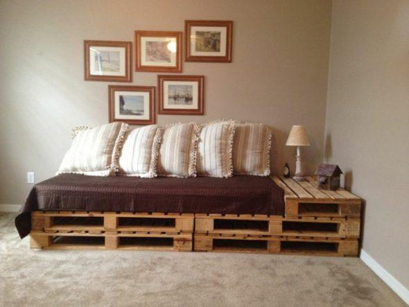 Односпальная кровать из четырёх поддонов