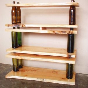 Деревянная полка с использованием бутылок