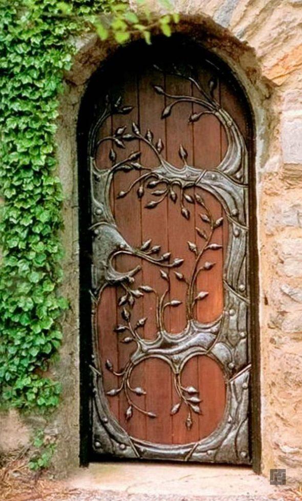 Входная дверь с кованными элементами в качестве декора