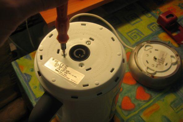 Снятие нижней крышки электрочайника
