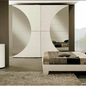 Встроенная мебель в спальне сочетается по цвету с основным цветом