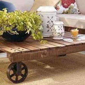 Журнальный столик из паллет на колёсиках