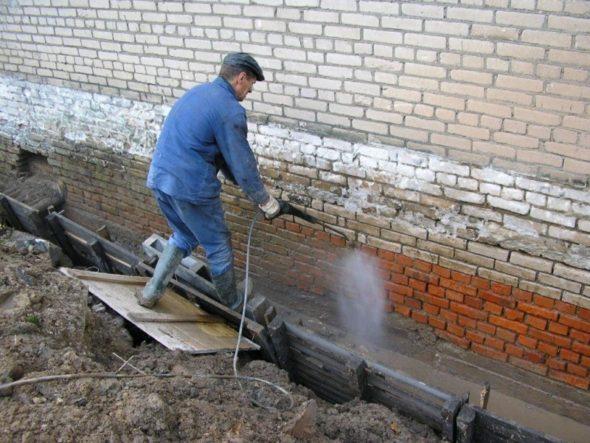 Очистка фундамента от пыли и мусора