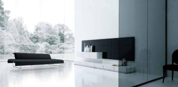 Чёрный диван в «прозрачной» гостиной