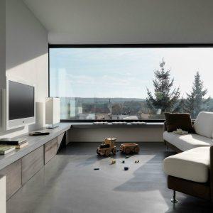 Гостиная в светлых тонах со светло-коричневой мебелью