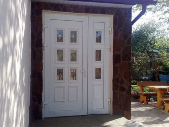 Наружная пластиковая дверь