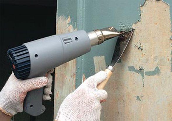 Удаление старой краски при помощи строительного фена