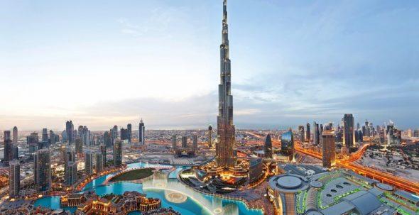 Панорамный вид рядом с башней Бypдж-Хaлифа в Дубае