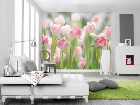 Фотообои с тюльпанами в интерьере светлой комнаты