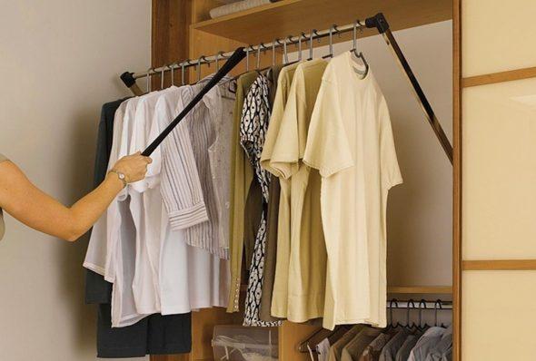 Выдвижная штанга в шкафу-купе