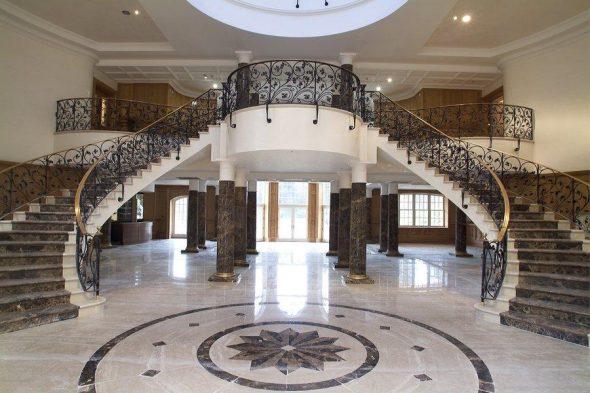 Холл с двумя лестницами в Updown Court