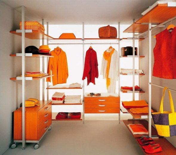 Вариант обустройства гардеробной комнаты