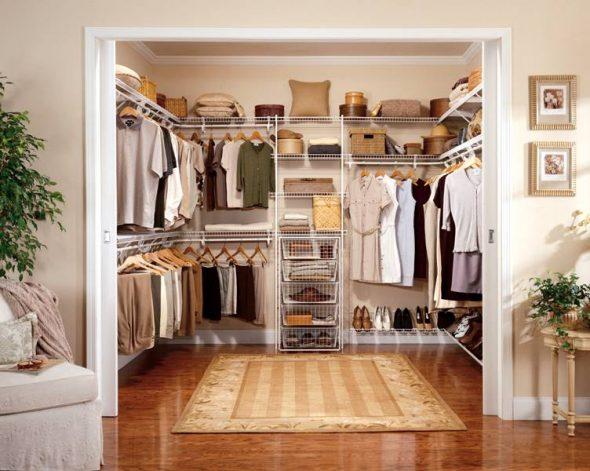 Небольшая гардеробная комната в ниже