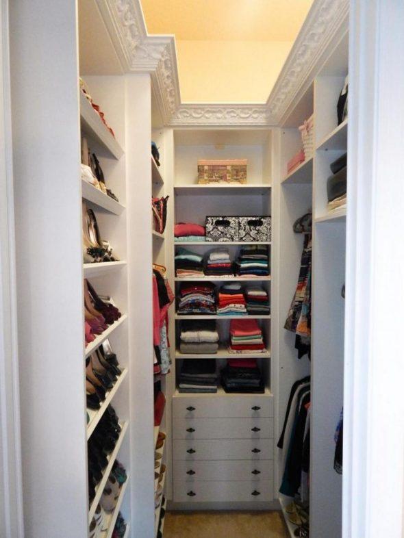Узкая гардеробная комната белого цвета с открытыми полками