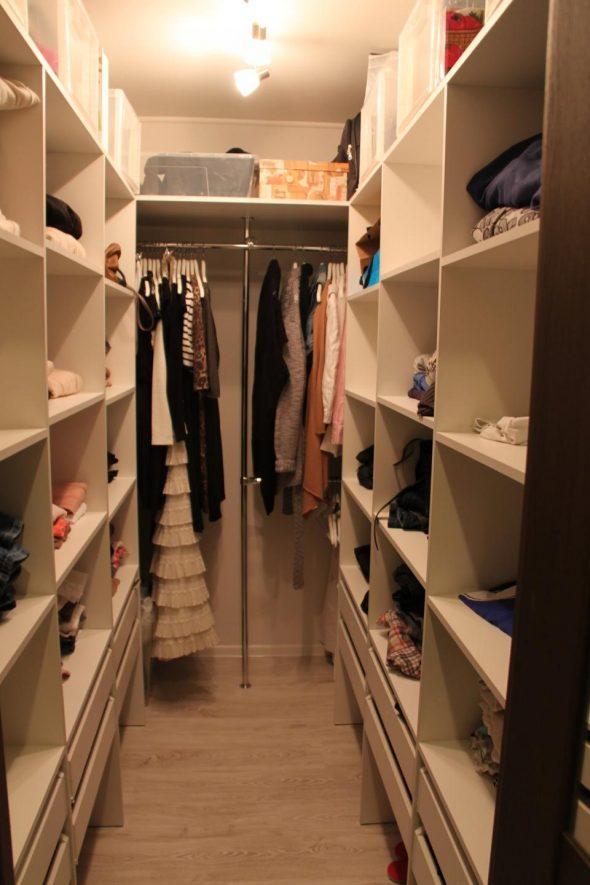 Небольшая узкая гардеробная