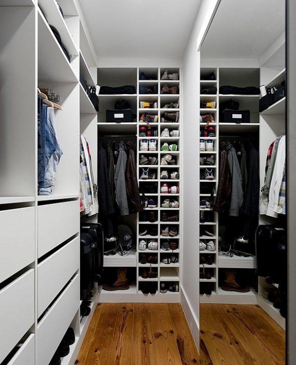 Полки с обувью в одеждой в гардеробной