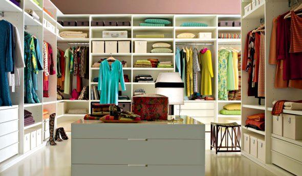 Удобная большая гардеробная комната
