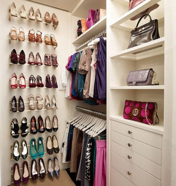 Небольшая компактная гардеробная комната