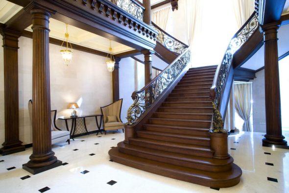 Массивная деревянная лестница на второй этаж