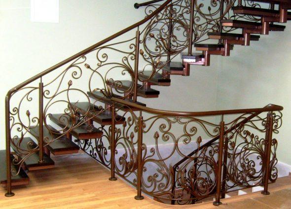Лестница с коваными перилами