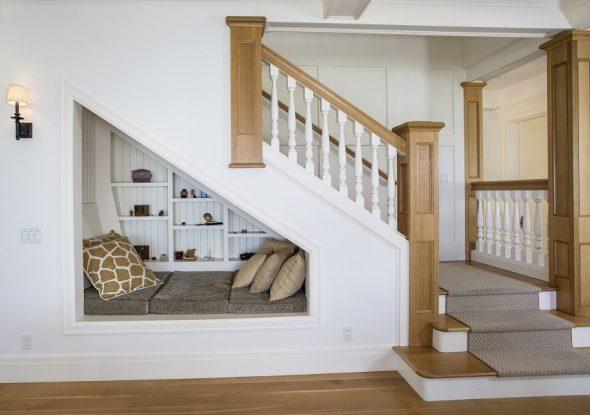 Зона отдыха под лестницей в доме