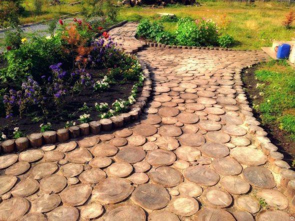 Садовая дорожка из деревянных спилов
