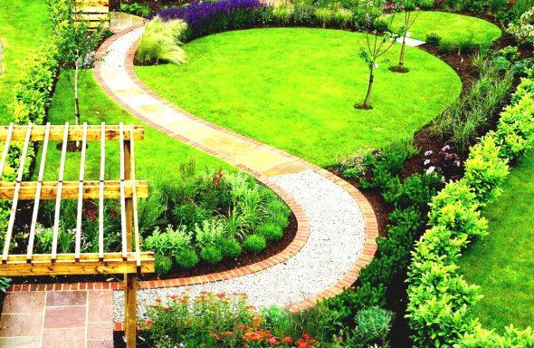 Извилистая садовая дорожка из щебня и плитки