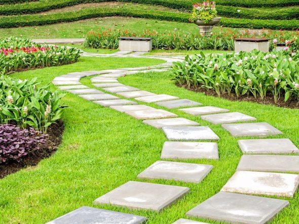 Садовая дорожка из крупной бетонной плитки
