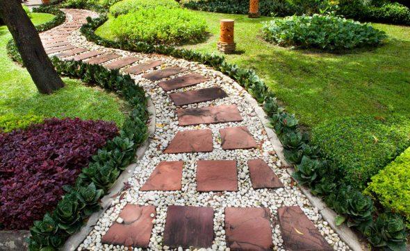 Садовая дорожка из камней и щебня