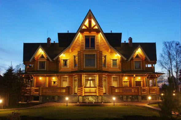 Деревянный дом с подстветкой