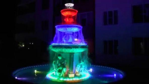 Фонтан с разноцветной подсветкой