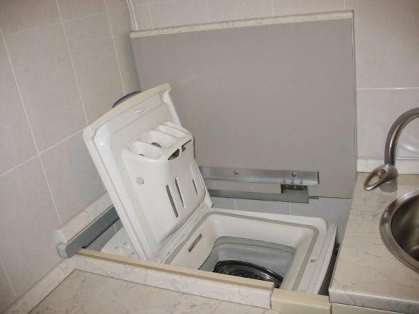Размещение стиральной машины с вертикальной загрузкой на кухне