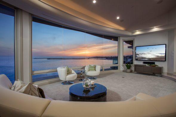 Дизайн большой гостиной с панорамными окнами
